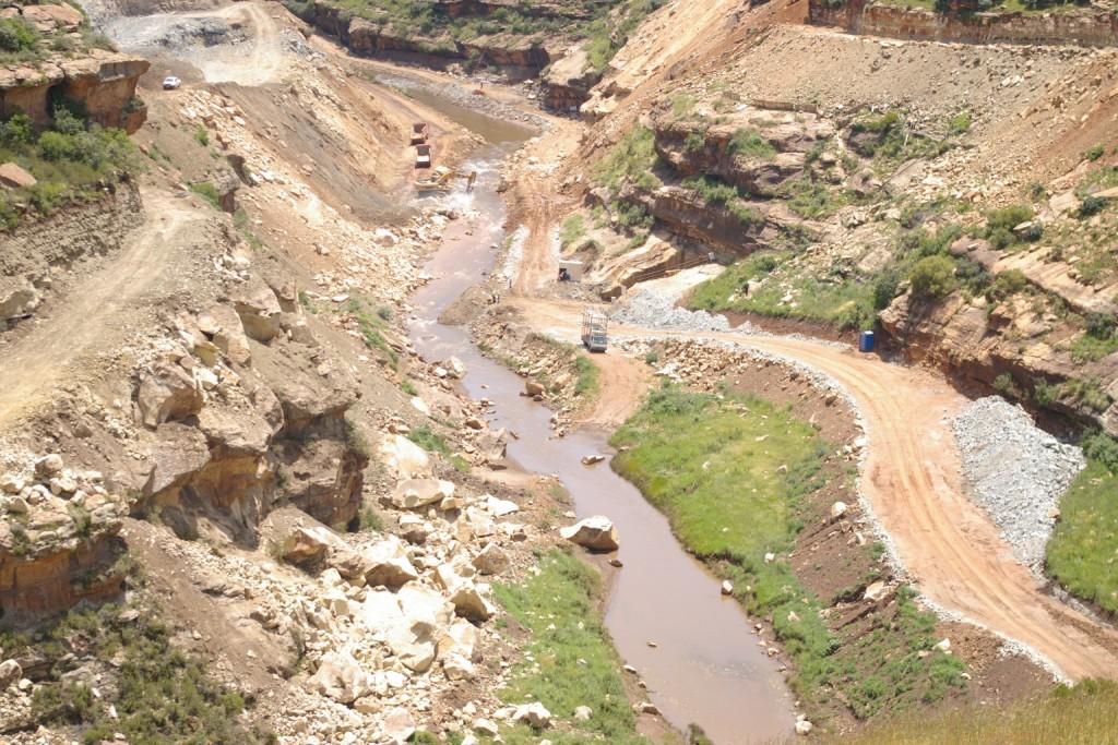 Retour sur la construction du barrage de Metolong au Lesotho, l'édifice de toutes les tensions.