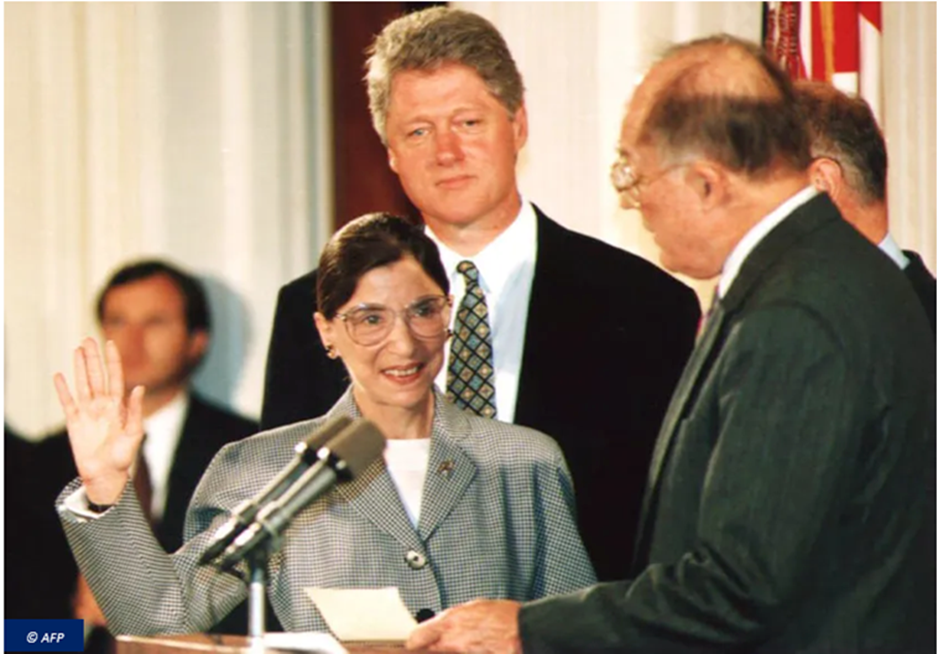 Ruth Bader Ginsburg prête serment avant de devenir juge associée à la Cour Suprême, au côté du président démocrate Bill Clinton, en 1993.