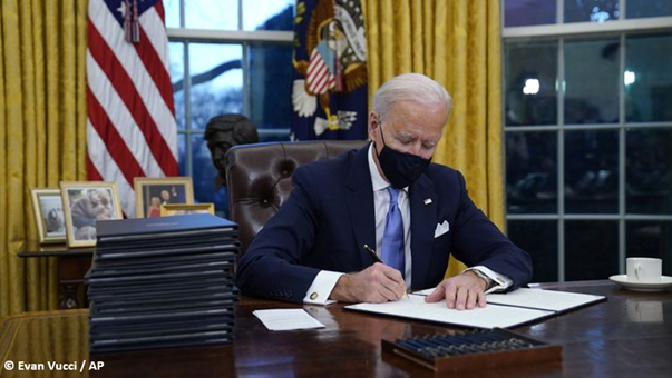 Les 100 jours de Joe Biden : parler peu, gouverner fort.